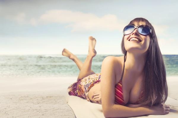 Djevojka je sretna na plaži jer je baš pročitala super linkove